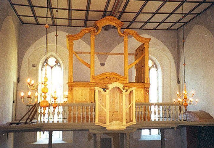 Orgelgehäuse aufgestellt