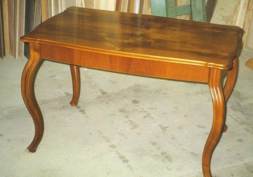 Tisch in Nussbaum